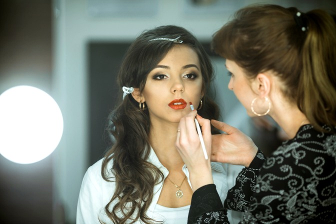 Choosing a makeup artist school online