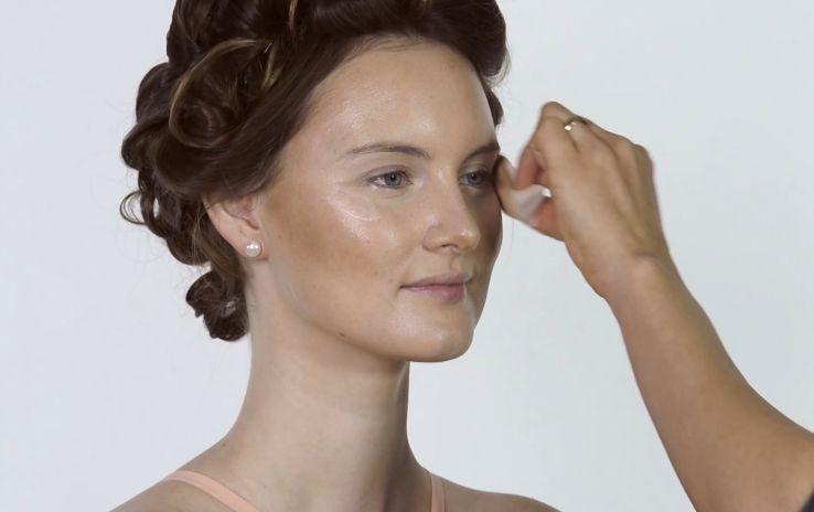 Use MAC strobe cream for Miranda Kerr makeup tutorial