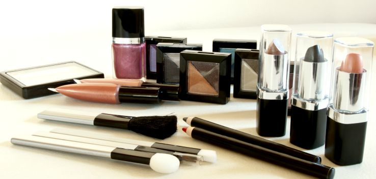 Creating your own professional makeup to increase makeup artist salary