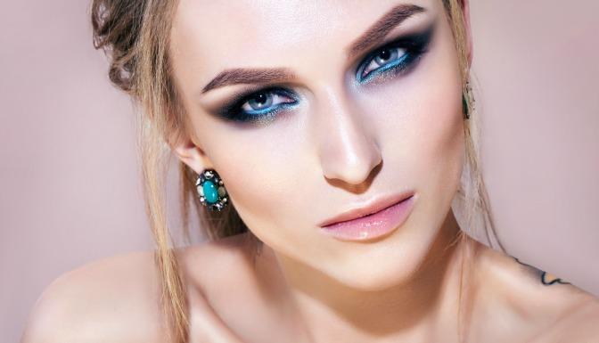 Turquoise eyeliner runway makeup look
