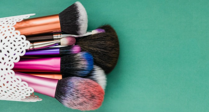 Makeup brushes can have either synthetic or natural hair bristles