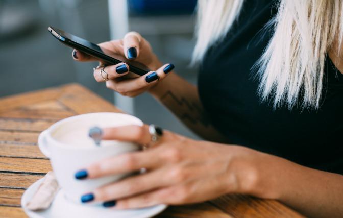makeup-artist-online-training-phone