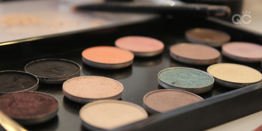 custom palette magnetized with depotted eyeshadows for a professional makeup kit