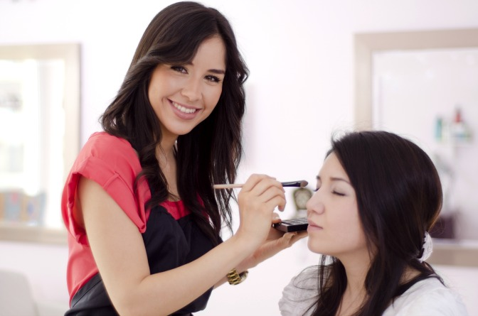 Gain skills as a makeup artist with a flexible online makeup school