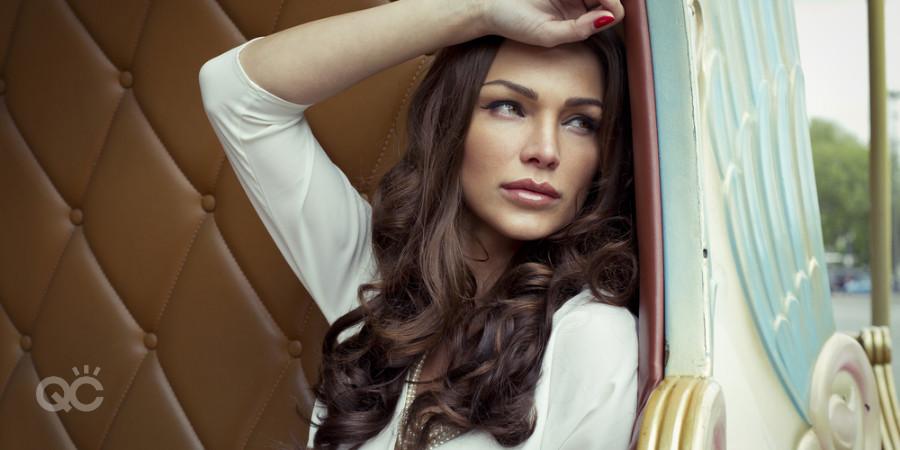 modelo posando para mostrar maquillaje para sesión de fotografía