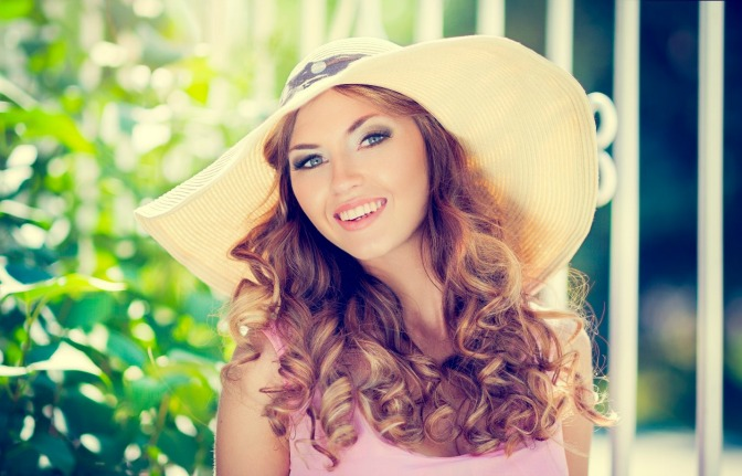 Dewy skin and curled hair for summer beauty trends
