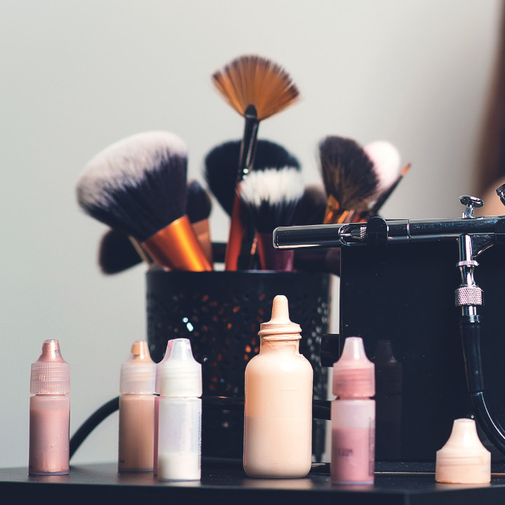Airbrush makeup artistry through online course