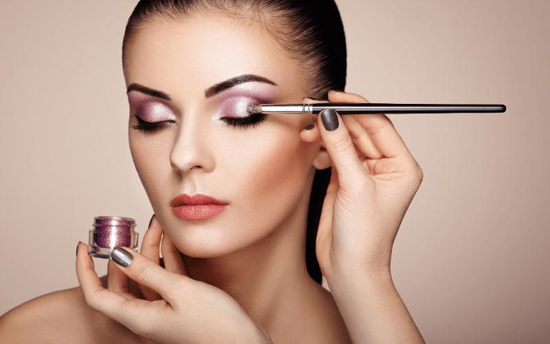 applying make on an online makeup class