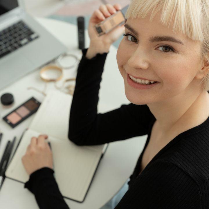 Best online makeup course article, June 25 2021, Feature Image